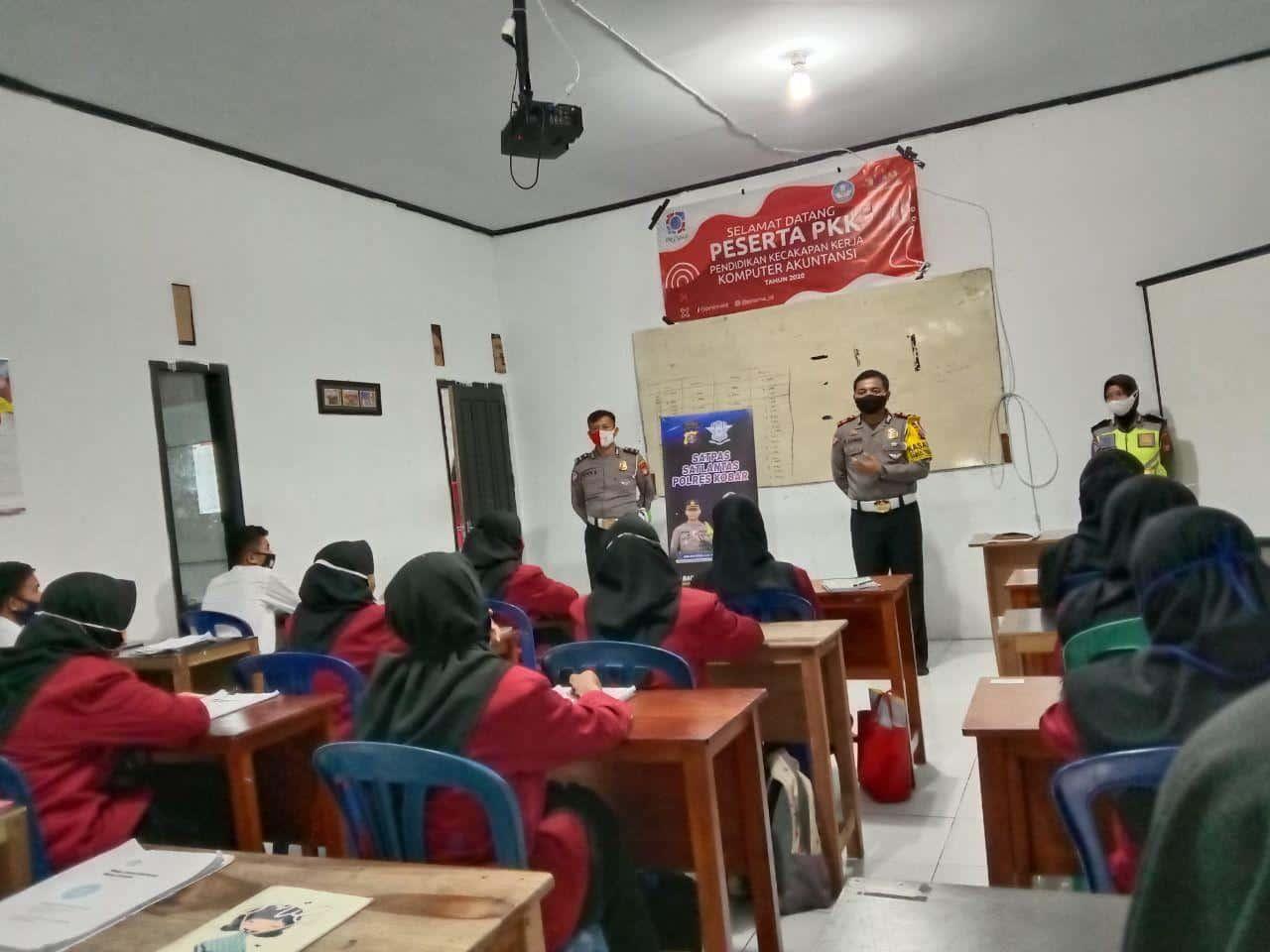 Tertib Berlalu Lintas, Peserta Didik LPK Prisma mendapat Sosialisasi dari Kasat Lantas Polres Kotawaringin Barat